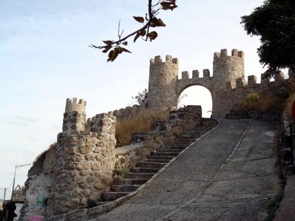 Entrada al antiguo recinto del castillo de Almoguera, en Guadalajara