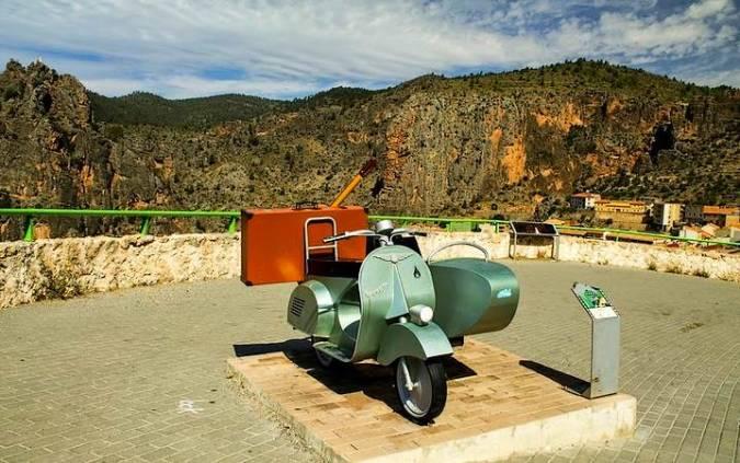"""Escultura homenaje a """"Amanece que no es poco"""", en Ayna, Albacete"""