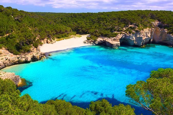 Cala Mitjana, una playa virgen en Menorca