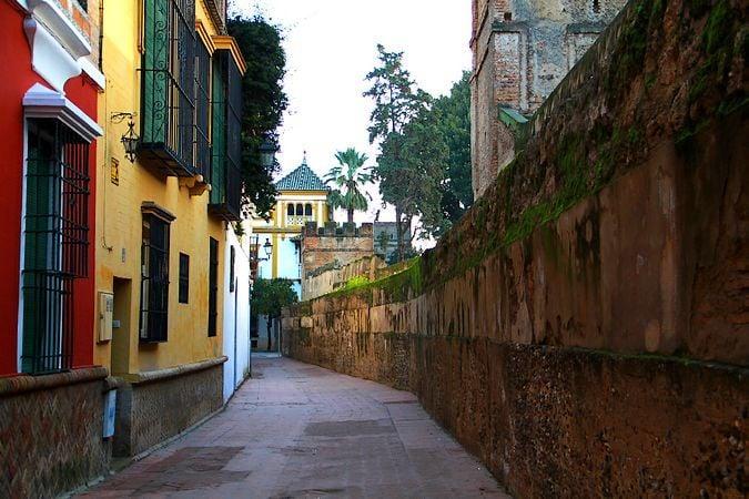 El Callejón del Agua es una de las calles más emblemáticas y bellas de Sevilla.