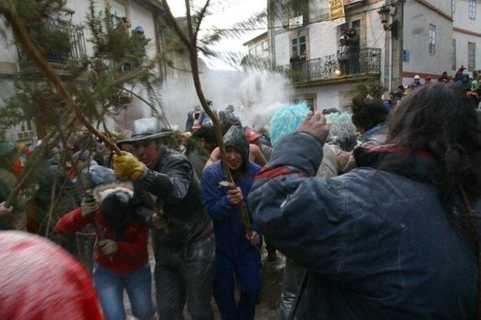 Batalla de hormigas y tierra en el Carnaval de Laza, en Ourense