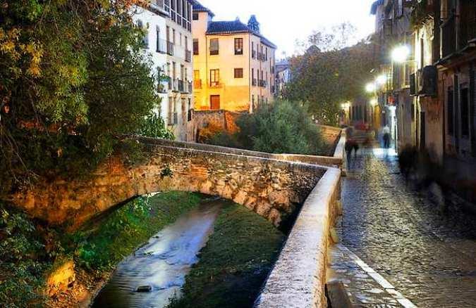 Una calle de Granada, entre las más bellas del mundo