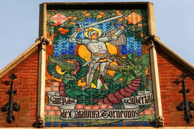 Vidriera de Sant Jordi en la Casa de les Punxes, en Barcelona