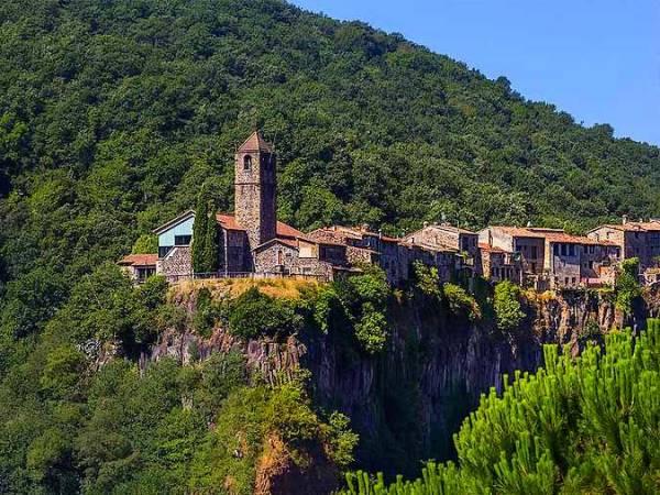 Castellfollit de la Roca, un pueblo catalán al borde de un precipicio