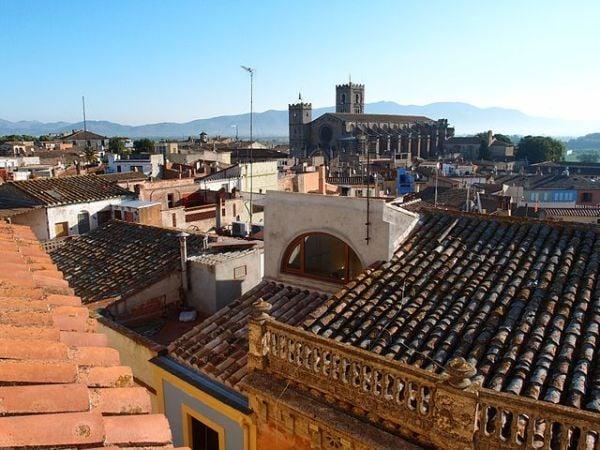 Castelló d'Empúries: arte, naturaleza y playas en Girona