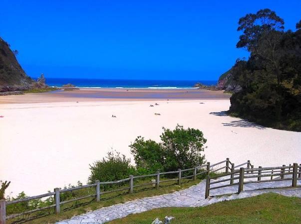 Playa de La Franca, en Colombres, Asturias