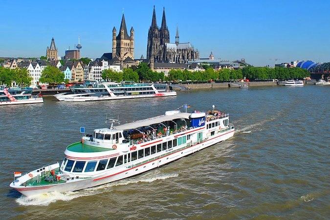 Paseos en barco por el Rin, en Colonia, Alemania