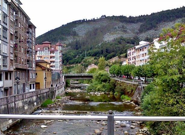 El río Piloña a su paso por Infiesto, en Asturias