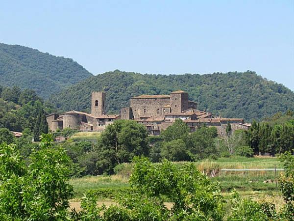 El pueblo medieval de Santa Pau, en el interior de Girona
