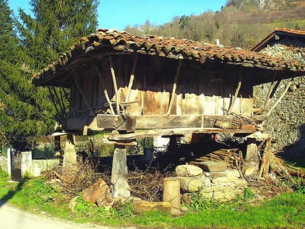 Espinaréu, el pueblo con más hórreos de Asturias