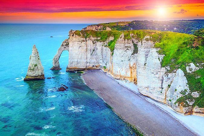Playa y acantilados de Etretat, en Normandía, Francia