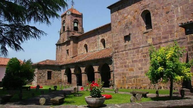 Iglesia de la Asunción de Etxalar y sus estelas discoideas