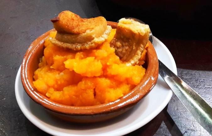 Tapa de patatas revolconas, en Ávila