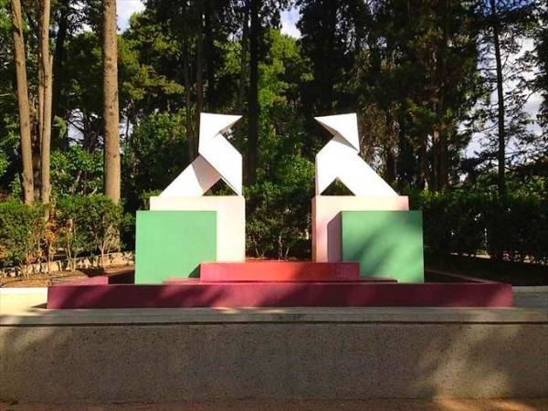 Monumento a las pajaritas, en el Parque Miguel Servet de Huesca