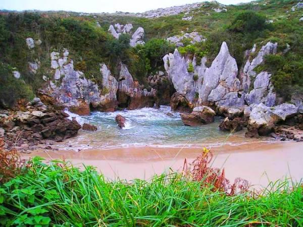 Playa de Gulpiyuri, en Llanes, Asturias