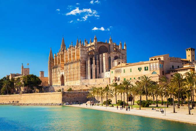 La catedral y el palacio de la Almudaina, en Palma
