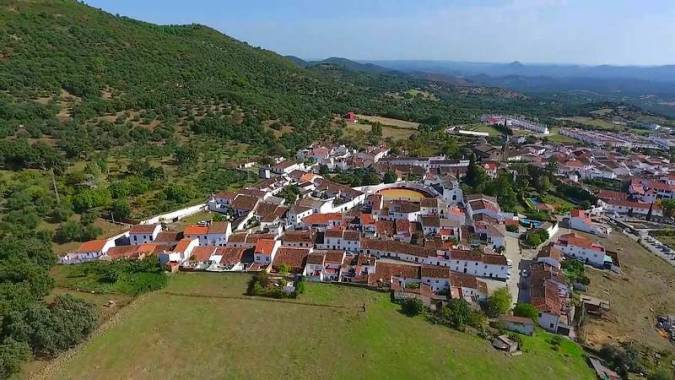 El pueblo blanco de Higuera de la Sierra, en Huelva