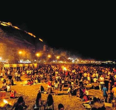 Hogueras de San Juan en la Playa del Postiguet, en Alicante