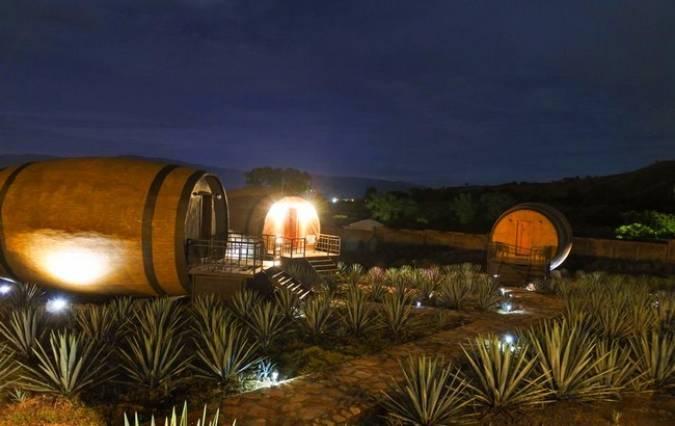 Un hotel hecho con grandes barricas en México