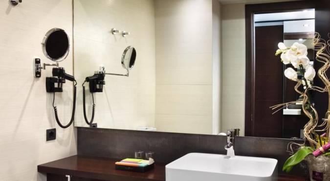 Baño de las habitaciones del Hotel Silken Gran Teatro, en Burgos