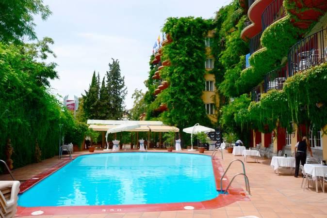 Hoteles baratos en granada para el verano for Piscina la granada