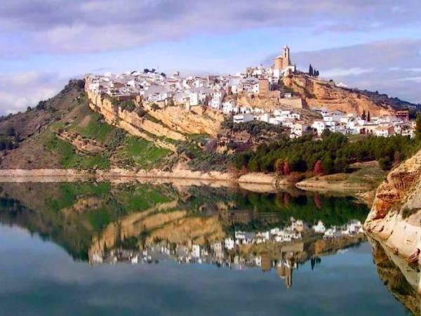 Iznájar, un bello pueblo cordobés en medio de un pantano