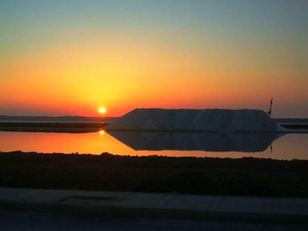 Puesta de sol en las Salinas de Sanlúcar de Barrameda, en Cádiz