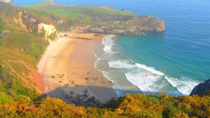 La Playa de Ballota desde el Mirador de La Boriza, en Llanes