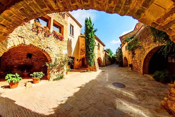 Monells, un pueblo de película en Girona