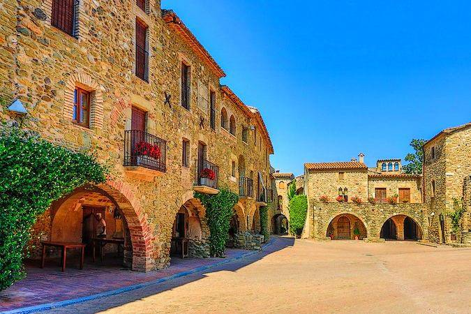 Plaza Jaume I en Monells, Girona