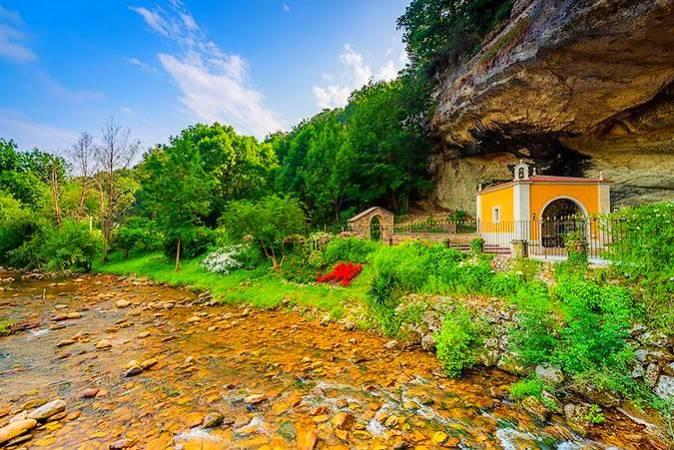 Santuario de la Virgen de la Cueva, en Infiesto, Piloña