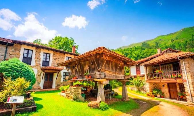 El pueblo de Espinaréu, en Piloña, Asturias