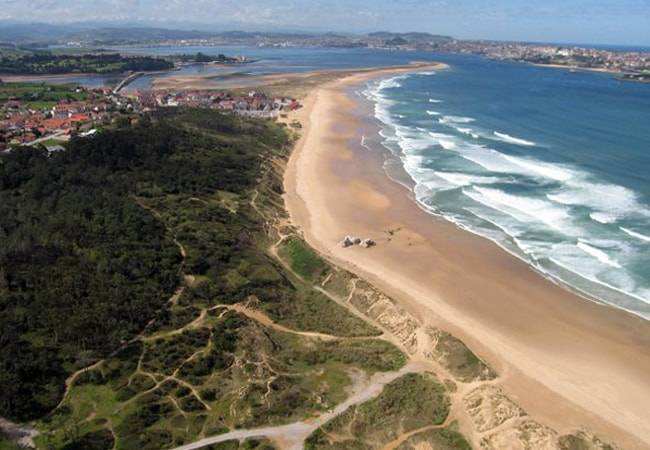 La playa de Somo, reserva natural del surf en Cantabria