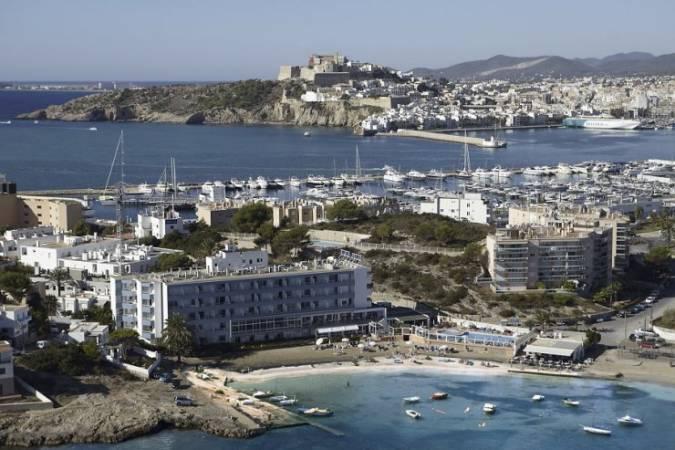Playa de Talamanca y al fondo la ciudad de Ibiza