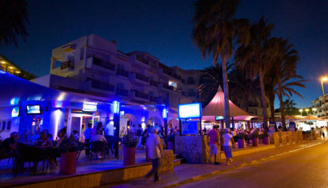 Ambiente nocturno en Playa Es Caná, Ibiza