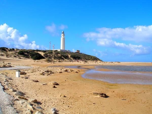 La Playa de Zahora y el Faro de Trafalgar, en Cádiz