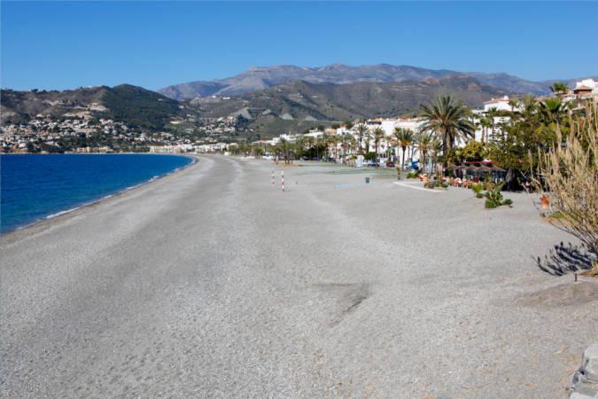 Playa El Tesorillo, en Almuñécar, Granada