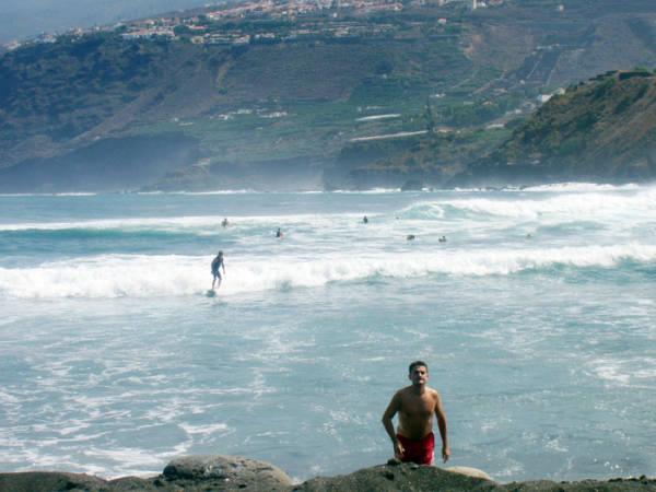 Surf en Playa Martiánez, en el Puerto de la Cruz, Tenerife