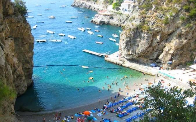 Playa de Marina di Praia, en Praiano, Italia
