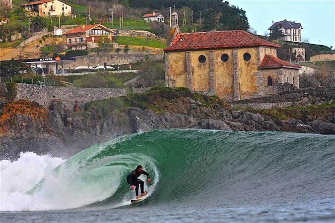Surf en Mundaka, Vizcaya, País Vasco