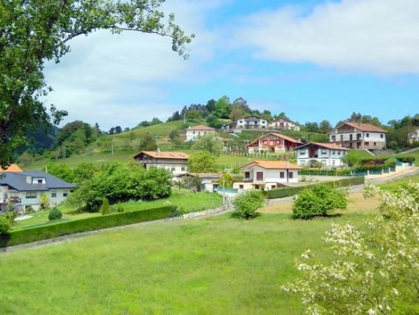 Mar y verdes montes en Murueta, Vizcaya
