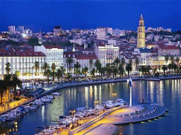Vista nocturna de Split, en Croacia