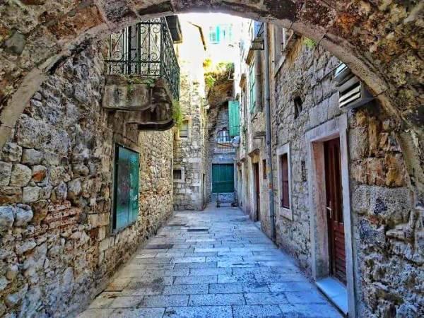 Calle del casco antiguo de Split, en Croacia