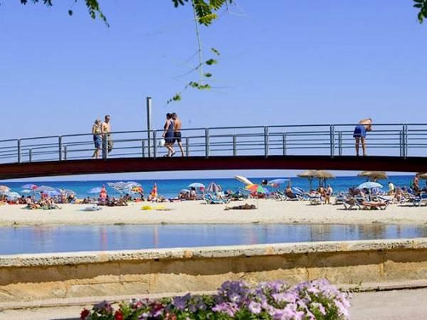Puente en la playa de S'Illot, en Manacor, Mallorca