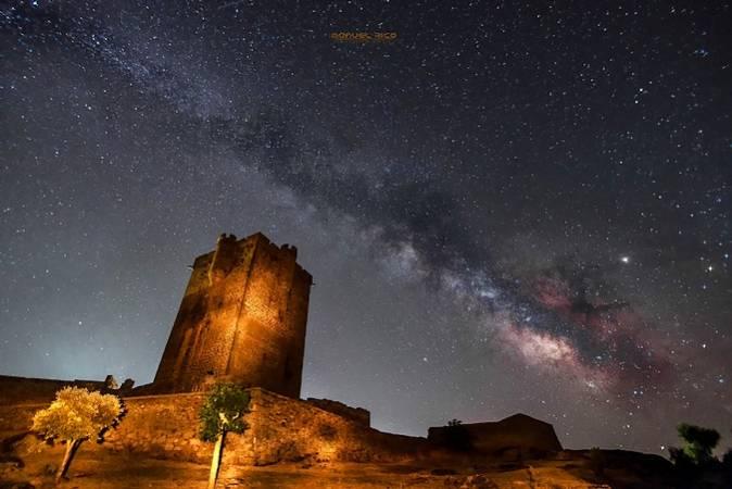 La Vía Láctea sobre el Castillo de San Felices de los Gallegos