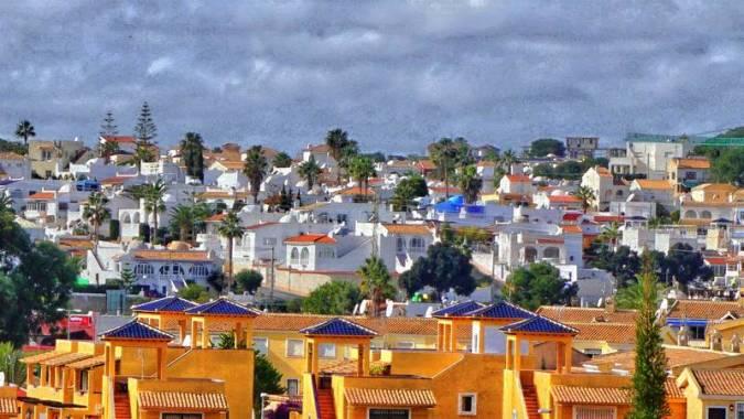 San Miguel de Salinas, un pueblo de interior con vistas al mar