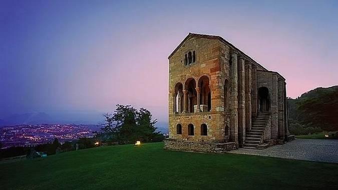 Santa María del Naranco y la ciudad de Oviedo al fondo