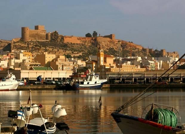Castillo y puerto de la ciudad de Almería