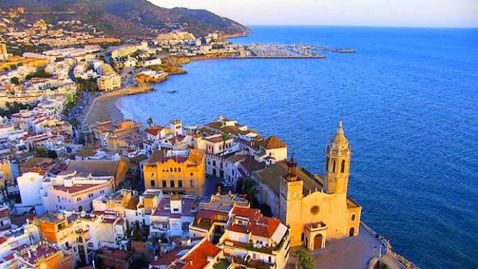 El pueblo barcelonés de Sitges, entre el mar y la montaña