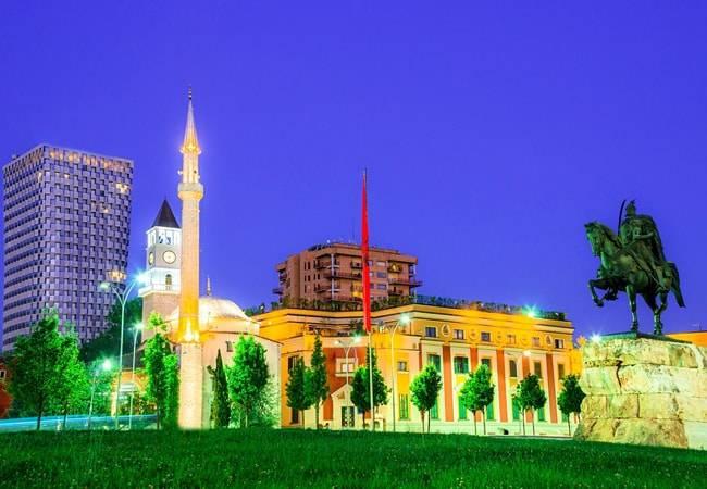 Descubre Tirana, la colorida capital de Albania